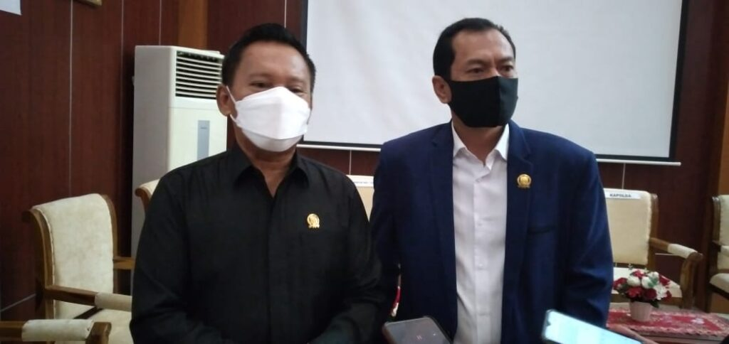 Ketua DPRD Babel, Herman Suhadi didampingi Wakil Ketua Hendra Apollo